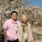 満開のしだれ桜の前でステキな笑顔です。