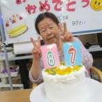 ご利用者様の誕生日を手作りのケーキでお祝い!毎回ケーキとにっこり笑顔♪