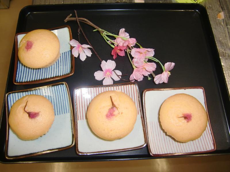 桜蒸しパンなど、おやつでも季節を感じていただけるようにしています。